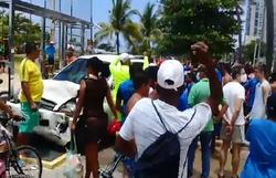 Colisão entre dois carros deixa feridos na avenida Boa Viagem  (Foto: Reprodução)