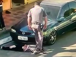 Policial pisa no pescoço de mulher negra e arrasta a vítima na zona sul de SP (Foto: Reprodução / TV Globo)