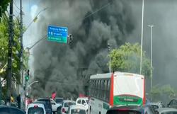 Protesto reivindica moradia em cruzamento na Zona Sul do Recife  (Foto: Reprodução/Vídeo )