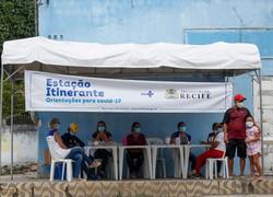 Moradores de comunidades do Recife recebem máscaras e itens de higiene como prevenção à Covid-19 (Foto: Leandro de Santana/Esp. DP Foto.)