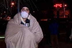 Com -7ºC, repórter usa cobertor ao vivo durante apresentação do jornal em SC (Foto: Reprodução/TV Globo)