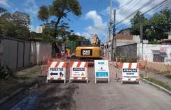 Avenida de rio doce, em Olinda, recebe intervenção na rede coletora de esgoto (Foto: Divulgação/Compesa)