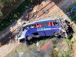 Motorista pulou antes de ônibus despencar em MG (Foto: Reprodução/Redes Sociais)