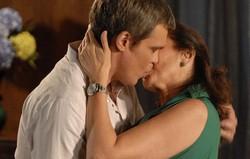 Fina Estampa: Renê e Griselda se beijam. Confira o resumo desta segunda