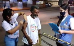 Camaragibe vacina contra Covid-19 pessoas em situação de rua no sábado (Julinho Sam/Prefeitura de Camaragibe)