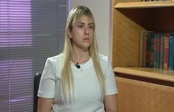 Em novos trechos de entrevista, Sarí diz que não pode sair de casa e que toma remédios para dormir  (Foto: TV Globo/Reprodução)