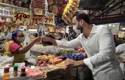 Candidato do PSL visita Mercado de Afogados e conversa com comerciantes (O candidato circulou no Mercado de Afogados nesta sexta-feira. Foto: Costa Neto/Divulgação)