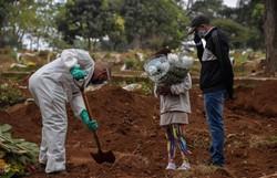 Em ritmo de queda, Brasil registra 863 mortes e 32.058 infectados pela Covid-19 (Foto: NELSON ALMEIDA / AFP  )