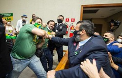 Passaporte da vacina motiva briga entre vereadores e manifestantes no RS (Foto: Elson Sempé Pedroso/CMPA)