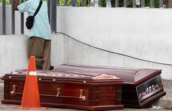 Mortos no mundo pela Covid-19 chegam a 73.000 (Foto: Enrique Ortiz / AFP)