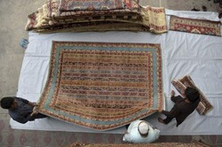 Saída de estrangeiros afeta vendedores de tapetes e antiguidades em Cabul (Foto: WAKIL KOHSAR / AFP)