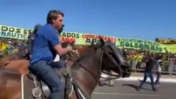 Bolsonaro usa helicóptero e anda a cavalo para prestigiar ato na Esplanada contra STF e Congresso (Foto: Reprodução/Twitter)