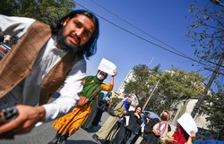 Talibãs agridem jornalistas em Cabul durante manifestação pelo direito das mulheres (Foto: Bulent Kilic/AFP)
