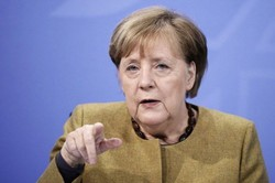 """Merkel propõe flexibilizar restrições na Alemanha a partir de 8 de março (A chanceler estima que a partir de agora será possível permitir contatos entre """"duas unidades familiares"""", mas sem ultrapassar os cinco adultos no total. Foto: Michael Kappeler/AFP)"""