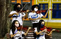 Jovens do Movimento Pró-Criança ganham violinos graças a uma onda de solidariedade (Fotos: Bruna Costa/DP)