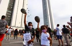 Caso Miguel: Familiares e manifestantes gritam por justiça em frente a prédio