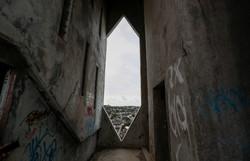 Desenhada por Niemeyer, torre da Manchete em Olinda sofre com vandalismo (Foto: Paulo Paiva/DP.)