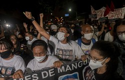 Brasileiros protestam contra racismo e violência policial nesta quinta (Foto: Mauro Pimentel/ AFP)