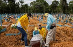 Covid-19: mortes somam mais de 255 mil e casos, quase 10,6 milhões (Foto: Michael Dantas/AFP)