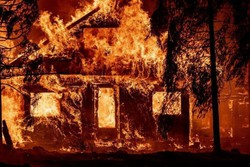 Incêndio Dixie devasta a cidade Greenville, na Califórnia (Foto: JOSH EDELSON / AFP)
