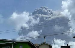 Erupção vulcânica deixa a ilha de San Vicente coberta de cinzas (Foto: AFP)