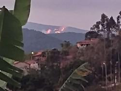 Incêndio ameaça reserva florestal e distrito indicado a prêmio da ONU (Fogo está queimando há dois dias e o Corpo De Bombeiros ainda não recebeu chamado da Secretaria de Meio-Ambiente. Foto: Redes sociais)