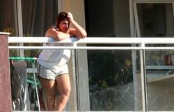 Márcia Aguiar, esposa de Queiroz, aparece em varanda do apartamento (Foto: Betinho Casas Novas/O Globo)