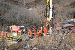 Socorristas seguem tarefas de resgate de mineiros soterrados na China (Foto: AFP)