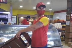 Após dar cadeirada em assaltante, empregado é eleito 'funcionário do mês' (Foto: Reprodução/ Instagram/ Coxinha's Panificadora)