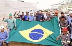 Ministério apaga imagem de operários fazendo 'L' em foto com Bolsonaro (Foto: Redes Sociais/Reprodução)