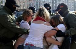 Manifestação de mulheres em Belarus acaba em inúmeras prisões (Foto: TUT.BY / AFP)