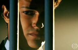 Flor do Caribe: Alberto avisa a Bibiana que Hélio foi preso. Confira o resumo desta terça