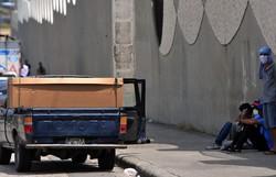 Equador usa caixões de papelão para suprir demanda de mortos por coronavírus (Foto: Jose Sanchez/AFP)