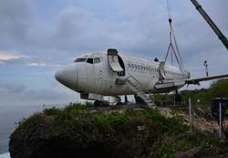 Avião é instalado no topo de penhasco em Bali para atrair turistas (Foto: SONNY TUMBELAKA / AFP)