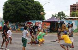 Pais resgatam brincadeiras de rua para afastar filhos de games e celulares (Foto: Filipe Lopes/Divulgação Curumim Cultural)