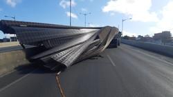 Carga de ferro cai de caminhão e interdita BR-104 (Foto: Reprodução/PRF.)