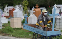 Brasil registra 1.283 mortes por Covid-19 e ruma a 9 milhões de casos (Foto: Michael Dantas/AFP)