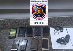Dupla é presa com nove celulares e uma arma após assalto em Condado (Foto: Divulgação/PMPE.)