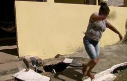 Rato invade reportagem ao vivo do NE 1 e assusta moradora em Camaragibe (Foto: Reprodução/TV Globo)