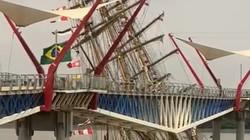 Navio-escola da Marinha do Brasil se choca com ponte no Equador (Foto: Reprodução)