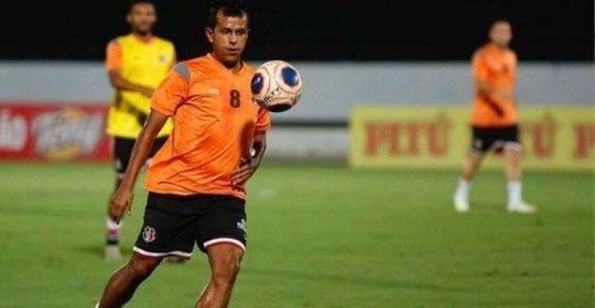 Meia voltará a desempenhar papel de armação das jogadas no time coral  (Rafael Melo/Santa Cruz )