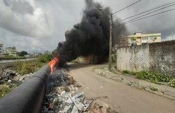 Tubulação próxima ao Canal do Fragoso, em Olinda, é atingida por fogo  (Foto: Elvys Lopes/TV Globo)