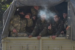 Mais de 900 combatentes sírios voltam para casa após conflito em Nagorno Karabakh (Foto: Karen MINASYAN / AFP)