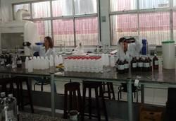 UPE já produziu mais de 3,6 mil litros de álcool 70% para doação (Foto: Divulgação/UPE.)