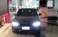Em Botucatu, carros circulam dentro de shopping para retirar compras (Foto: Reprodução)