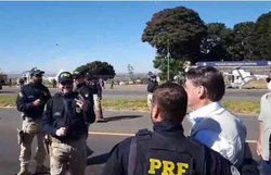 Sem máscara, Bolsonaro visita Comando de Artilharia do Exército em Formosa (Foto: Reprodução)