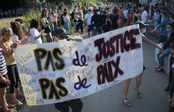 Milhares de pessoas protestam em Paris contra a violência policial na França (Foto:Loic VENANCE / AFP)
