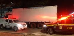 Polícia recupera caminhão com aguardente roubada na BR-104, em Caruaru (PRF/Divulgação)
