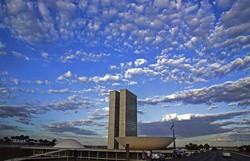 Dia Mundial do Doador de Medula Óssea muda cores do Congresso Nacional (Foto: Agência Brasil)