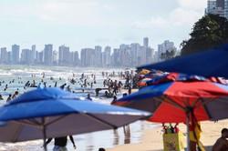 Com praia cheia e contaminação em alta, banhistas e comerciantes lidam com possibilidade de novo fechamento em Boa Viagem (Foto: Sandy James/ Esp. DP Foto)